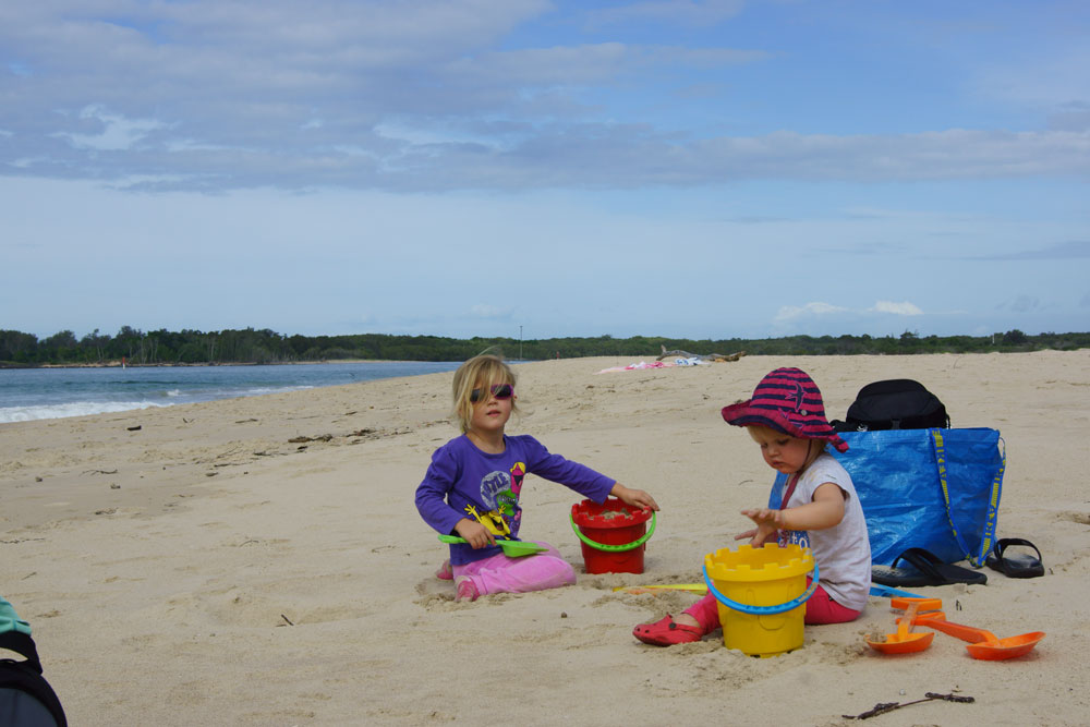 ballina-richmond-river-beach-girls-playing
